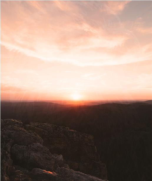 Soleil levant depuis la montagne